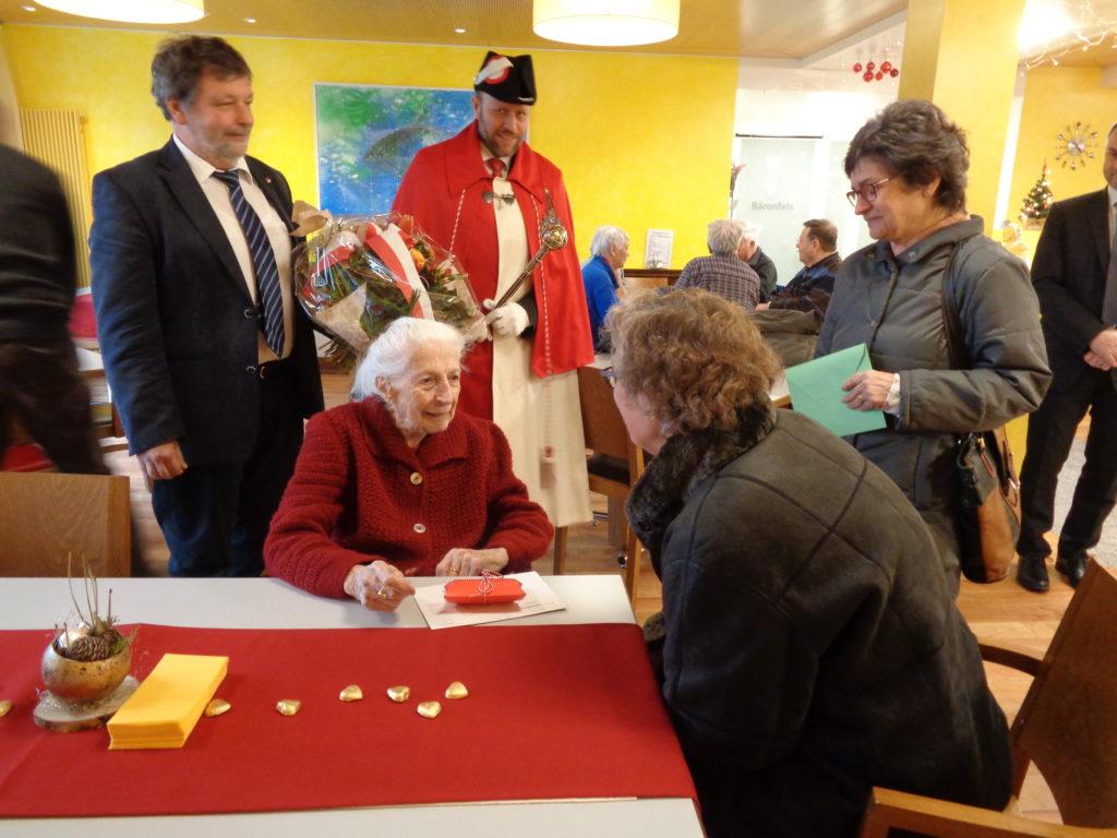 Gratulationsrunde mit Herr Landammann Roland Heim und Staatsweibel und Gemeindevertreterinnen