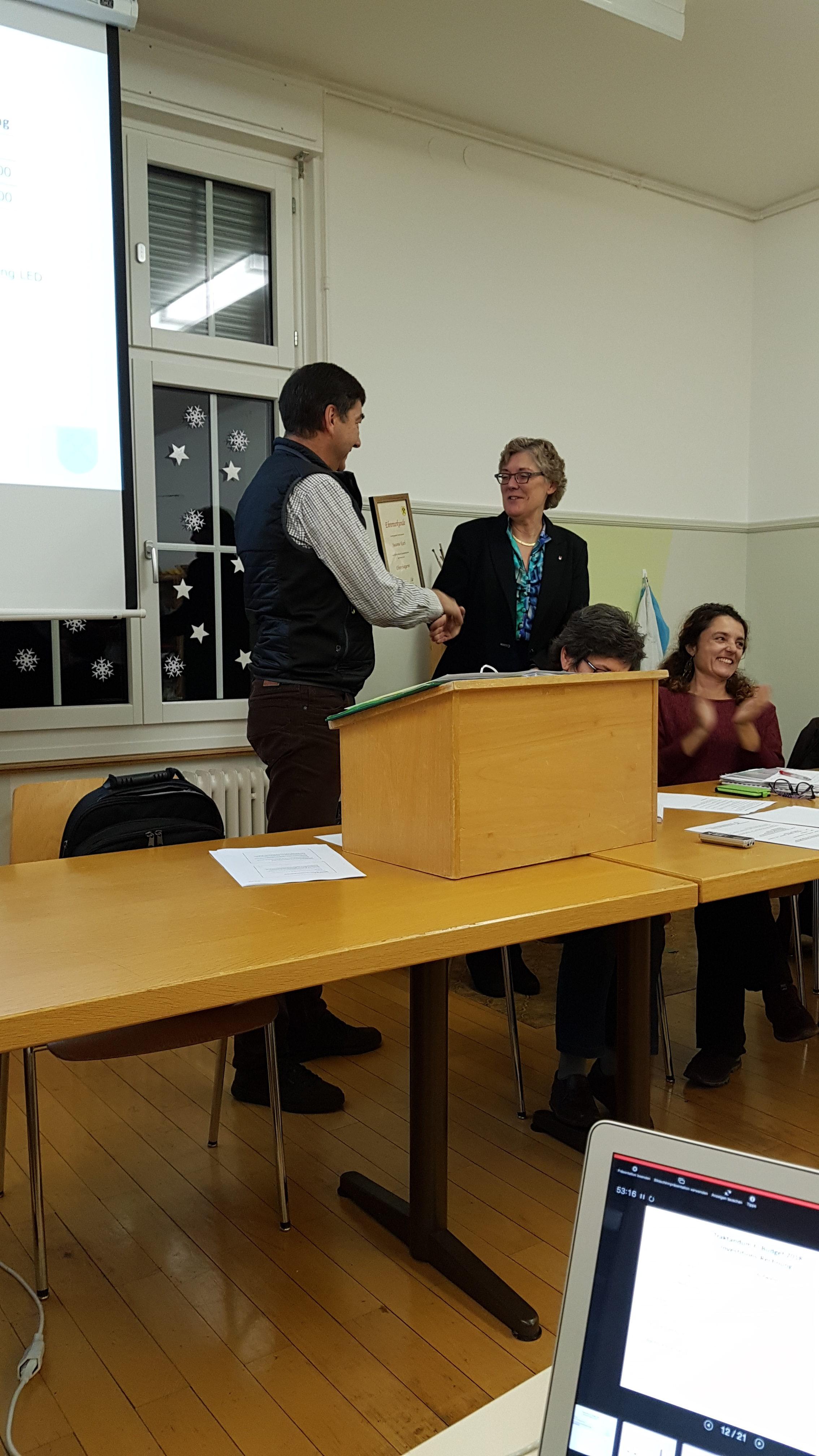 Peter Anklin übergibt Urkunde zur Ehrenbürgerschaft