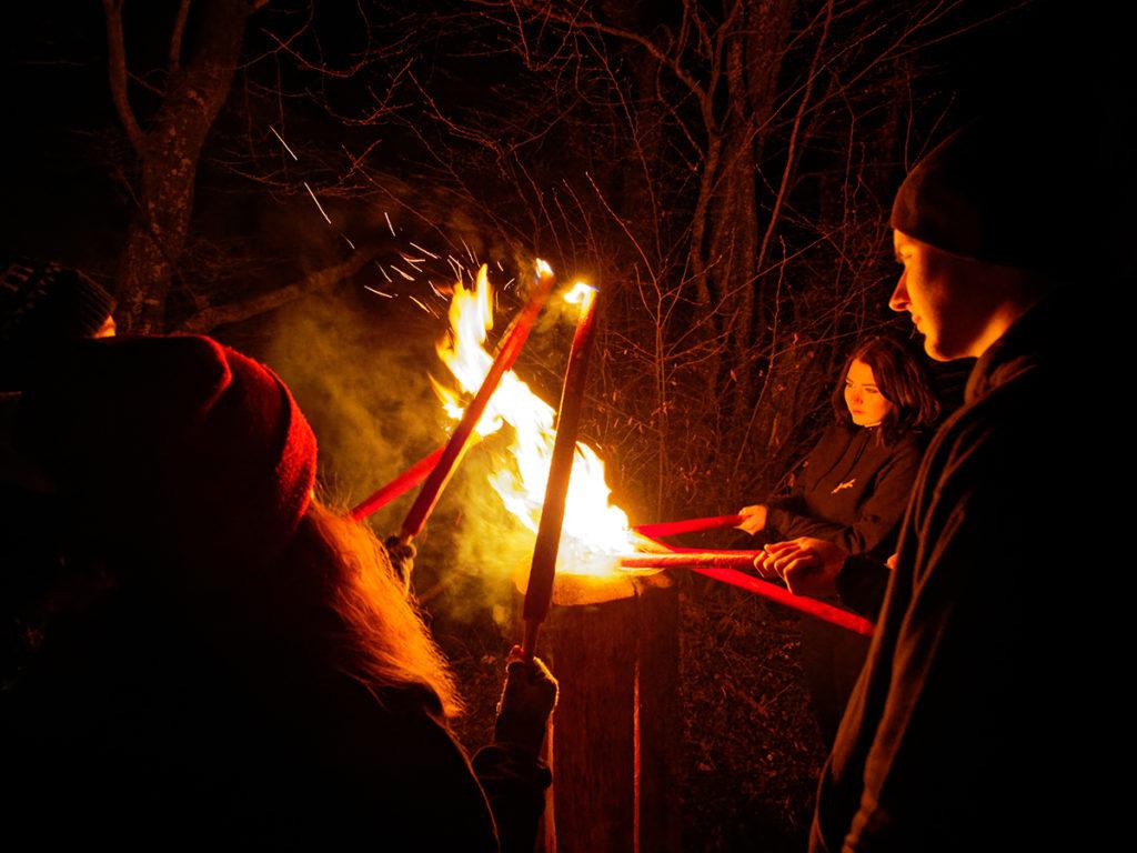 Jahrgänger beim Anzünden des Feuers